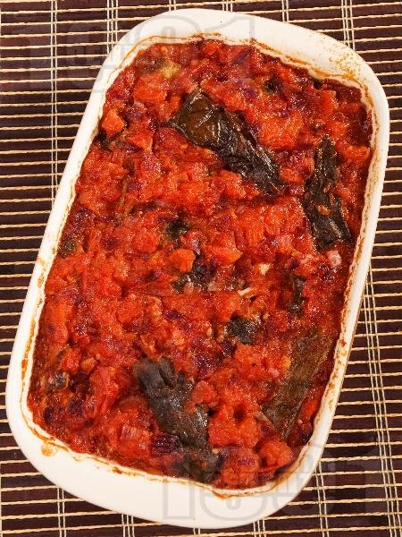 Запечени патладжани с ароматен сос от домати, лук, маслини и босилек - снимка на рецептата